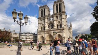 W cieniu jednej z najbardziej znanych katedr świata, gołębie są równie ciekawą atrakcją dla tych młodszych turystów.